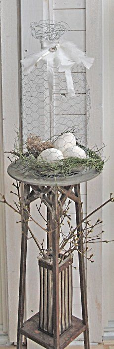 chickenwire cage… I adore the simplicity and elegance of this original nest/cage creation found on Lottens Vita Och Grona. Wouldn't this make a wonderful Easter display? Chicken Wire Crafts, Seasonal Decor, Holiday Decor, Home Decoracion, Easter Parade, Deco Floral, Hoppy Easter, Easter Holidays, Vintage Easter