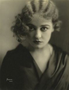 Portrait of silent film star Gladys Brockwell in the Finger wave perfection! Old Hollywood Glamour, Vintage Hollywood, Classic Hollywood, Silent Film Stars, Movie Stars, Moda Vintage, Flappers, The Villain, Vintage Photographs