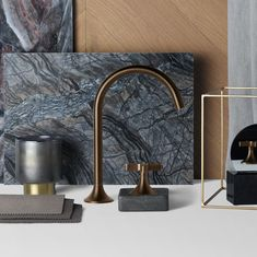 The new finish Dark Brass matt is characterised by its dark, silky-matt shades and its slight brushstroke texture. Warm, soft and earthy, it embodies a sense of originality and cosiness, thereby creating highlights in the bathroom.
