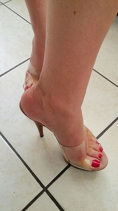 Let's begin the week with a sexy shoes! Open Toe High Heels, Hot High Heels, Beautiful High Heels, Gorgeous Feet, Sexy Legs And Heels, Sexy Sandals, Clear Heels, Sexy Toes, Female Feet