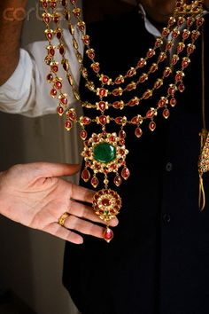 without all the drippings and with pearl in place of emerald Royal Jewelry, India Jewelry, Beaded Jewelry, High Jewelry, Garnet Jewelry, Mom Jewelry, Antique Jewelry, Jewelry Necklaces, Indian Wedding Jewelry