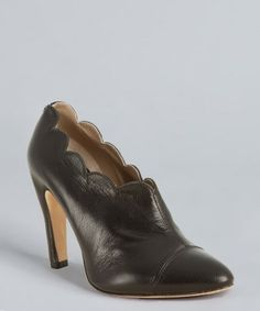 Marc Jacobs : black leather scalloped pointed toe pumps : style # 317180101