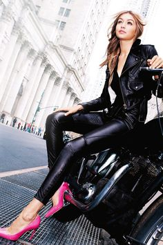 The black leather jacket is a celebrity favourite for all the right reasons. Check out some outfit ideas with direct links to purchase this must have item. Bella Gigi Hadid, Gigi Hadid Style, Bike Style, Biker Girl, Kendall Jenner, Fashion Models, Fashion Photography, Poses, Lady