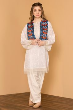 13 30 Ideas On How To Wear White Shalwar Kameez For Women Source by clothes pakistani Fancy Dress Design, Girls Frock Design, Stylish Dress Designs, Designs For Dresses, Simple Kurta Designs, Kurta Designs Women, Simple Pakistani Dresses, Pakistani Dress Design, Pakistani Kurta Designs