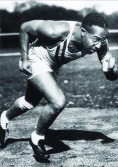 Eddie Tolan (USA). Conocido como el expreso de medianoche. Campeón olímpico en Los Ángeles 1930 en 100 m. lisos con 10,3s igualando el RM. y nuevo RO. Con Ralph Metcalfe medalla de plata y mismo tiempo 10,3 s. Gano también los 200 m.l. con 21,2 RO.