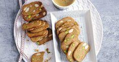 """Die würzigen """"braunen Kuchen"""" sind im dänischen Original dünn und knusprig, und genau das macht sie aus. Eindeutig ein Lieblingsplätzchen-Kandidat! Sausage, French Toast, Cookies, Meat, Breakfast, Food, Christmas, Brown, Oven"""