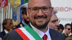 Il sindaco di Cesano Boscone su Facebook pescatori state attenti sono tornati i marò. E scoppia la polemica