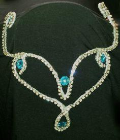 Tiara/Coroa em strass prateado com castanha de cristal na cor azul piscina <br>Tiara que pode ser usada para dança do ventre <br>Pode ser feita em outras cores e em qualquer quantidade <br>Orçamentos para atacado a partir de 10 unidades
