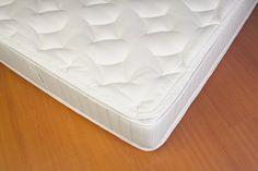 Limpiar manchas de orina del colchón y quitar el mal olor es posible con bórax. Frota un poco de su polvo con un paño húmedo, deja secar y luego quita los residuos.
