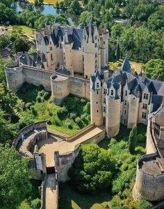 Chateau Medieval, Medieval Castle, Cathedral Architecture, Beautiful Architecture, Beautiful Castles, Beautiful Buildings, Casa Steampunk, Castle Ruins, Fantasy Places