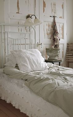 Shabby Chic Decoration Inspirations Shabby chic bedroom with antique door headboard.Shabby chic bedroom with antique door headboard. Shabby Chic Mode, Shabby Chic Bedrooms, Shabby Chic Style, Grey Bedrooms, Chabby Chic, Bohemian Style, Small Bedrooms, Cottage Bedrooms, Boho Chic