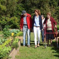 Juliana Awada, super elegante, recorrió la huerta de la Quinta de Olivos con un grupo de abuelos #firtslady #awada #revistacaras #caras