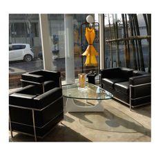 Orrefors-Kosta Boda Showroom i Shanghai, Kina - Detta fantastiska showroom som Orrefors-Kosta Boda har byggt upp i Shanghai, har vi möblerat med stilrena klassiska möbler och inrett kontorsdelen och konferensdelen i vitt och svart med röda detaljer. Här är det konstglaset som skall framträda med dess vackra former och färger!  En otroligt härlig atmosfär har skapats i dessa lokaler!