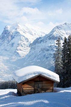 Hütte vor Wetterhorn und Schreckhorn, Berner Oberland.
