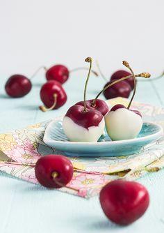 Cherries with white chocolate. (Chokladdoppade biggaråer.)