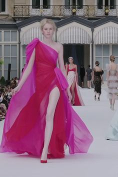 Ralph & Russo Look Autumn Winter Couture Collection. Stunning Red and Fuchsia Pink Silk Chiffon One Shoulder Slit Sheath Evening Maxi Dress / Evening Gown. Runway Show by Ralph & Russo Couture Fashion, Runway Fashion, Fashion Show, Couture Dresses, Fashion Dresses, Maxi Dresses, Vestido Pink, Ralph & Russo, Modelos Fashion