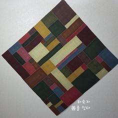삼베조각보를 만들고픈 문득 든 생각에 며칠동안 열심히 바느질한 보람이 있네요 기대 이상으로 맘에 들어... Korean Traditional, Butcher Block Cutting Board, Hand Sewing, Textiles, Quilts, Blog, Home Decor, Glass, Google