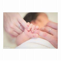 hoto by y_chirol Foto Newborn, Newborn Baby Photos, Baby Poses, Newborn Shoot, Newborn Pictures, Newborn Photography Poses, Children Photography, Photo Bb, Couple With Baby