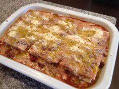 Terminar con una capa de masa con salsa blanca y bolognesa, queso rallado y un chorro de aceite de oliva generoso