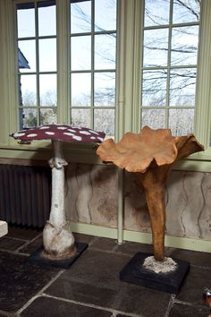 Giant paper mache mushrooms - if I ever make the giant paper flowers, I HAVE to… Paper Mache Projects, Paper Mache Clay, Paper Mache Sculpture, Paper Mache Crafts, Papier Diy, Giant Paper Flowers, Paper Mache Flowers, Paperclay, Alice