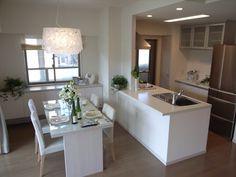 インテリアコーディネート ダイニングルーム ダイニングセットもキッチンも白で爽やかな印象。デザイナーズペンダントがポイントです☆