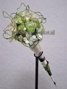 B1241 Bruidsboeket staf met witte en groene bloemen