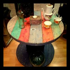 Muebles y objetos vintage, reciclado de mobiliario vintage Living & Lluch:  bobina reciclada Wooden Spool Tables, Cable Spool Tables, Wooden Cable Spools, Wood Spool, Paint Furniture, Rustic Furniture, Folding Chair Makeover, Diy Wood Projects, Diy Home Decor