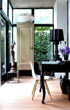 Décor do dia: hall de entrada étnico. Inspire-se em ambiente iluminado com móveis escuros. #décor #decoração