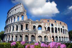 O Coliseu ou Anfiteatro Flaviano é um dos mais conhecidos pontos turísticos de Roma e um dos maiores símbolos do império romano. Sua construção teve início no ano de 70 d.C. e demorou entre 8 e 10 anos para ficar pronta. No início, ele era o local onde espetáculos de entretenimento e esportivos aconteciam. De acordo com algumas fontes históricas, até mesmo batalhas navais aconteceram com a inundação de partes do Coliseu.