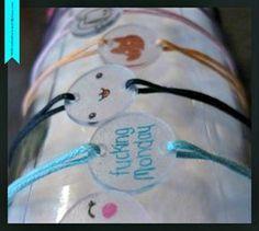 Bracelets en plastique fou : belle idée toute simple a faire avec les petits pour la fête des mamans...