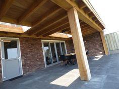 Houten overkapping 9.90 x 4.30 m Afmeting: overkapping 9.90 x 4.30 m Betimmering plafond: Eiken visbekdelen Kleur: Blank Uitvoering dak: Platdak Extra: 2x lichtstraat 1×2 m en 1×3 m Staanders 250 x 250 mm