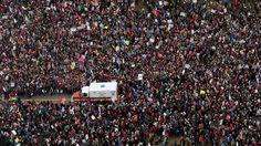 Op 20 januari 2017 legde Donald Trump de eed af als 45e president van de VS. Nooit eerder lagen de opkomstcijfers voor de eedaflegging van een Amerikaanse president zo laag. Bij de eedaflegging van Obama daagden 5 keer meer mensen op (1,8 miljoen). Er hadden ook talrijke protestmarsen tegen Trump plaats, waar trouwens veel meer volk opdaagde om hun afkeer over hem te tonen.