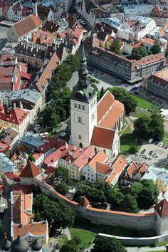 Tallin (en estonio: Tallinn) es la capital de la República de Estonia y del condado de Harju. Es la ciudad más poblada de Estonia y su principal puerto. Está situada en la costa norte del país, a orillas del golfo de Finlandia, a 80 km al sur de Helsinki.