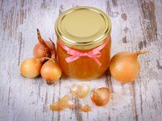 Zwiebelsaft  Fast jedes Kind kennt ihn und kaum einer mag ihn - den Zwiebelsaft. Er ist wohl eines der ältesten und zugleich effektivsten Hausmittel gegen Husten und Halsschmerzen. Der Honig lockert dabei den Schleim, während die Zwiebeln antibakteriell und schleimlösend wirken. Ein altbewährtes, großes Heilwunder!