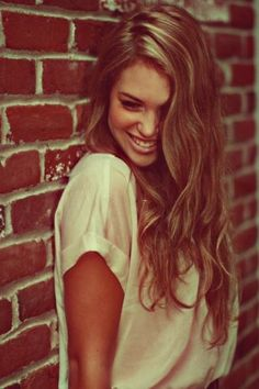 long, brown wavy hair with some blonde highlights. want her highlights. ♥