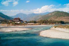 """O Reino do Butão  opera uma estratégia de turismo de """"alto valor e baixo impacto"""". Isso significa que você só poderá visitar o país se o seu visto for obtido através de um operador turístico butanês ou um operador no seu país de origem que faça uma ligação com o operador local. Eles lidam com o pedido de visto. Apesar da burocracia, é um destino imperdível, cheio de contrastes, com paisagens apaixonantes."""