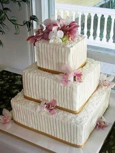 wedding cake design buttercream with vertical stripes and pearls i like this design because it has a classic look without being too overwhelming