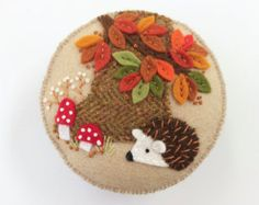 Fall hedgehog pincushion with red and white mushrooms, hand embroidered, wool felt Autumn Crafts, Thanksgiving Crafts, Red And White Mushroom, White Mushrooms, Felt Mushroom, Hedgehog Craft, Felt Crafts Patterns, Needle Felted Animals, Needle Felting