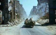 1944, France, Normandie, Une Jeep sanitaire US traverse une ville en ruines