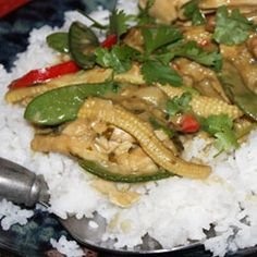 """thai curry from south Africa """"mange tout"""" are snow peas :) Thai Recipes, Asian Recipes, New Recipes, Chicken Recipes, Thai Chicken Curry, Snow Peas, Dinner Bell, Spicy Sauce, Pinterest Recipes"""