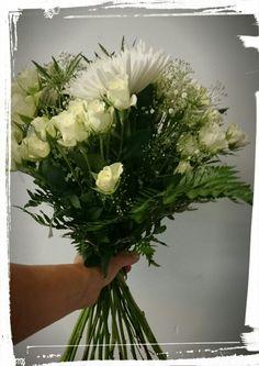 Bukett med hvite roser, gypsophila, tistel og krysanthemum -design ingunngrimsby