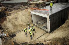 Tunnelelement wordt onder het spoor geschoven