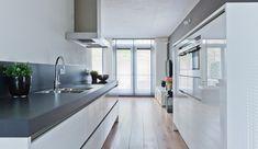 Fraaie en strakke keuken van het merk Siematic, hoogglans wit greeploze keuken voorzien van luxe apparatuur. (Donaulaan 90 te Purmerend)