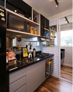 Espaços pequenos exigem planejamento. Amei essa cozinha linda e super funcional separada da área de serviço por uma divisória de correr.