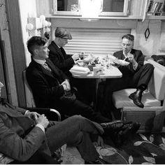 Behind the scenes of Peaky Blinders 💜 Hinter den Kulissen von Peaky Blinders … John Shelby Peaky Blinders, Peaky Blinders Poster, Peaky Blinders Wallpaper, Peaky Blinders Series, Peaky Blinders Quotes, Peaky Blinders Thomas, Cillian Murphy Peaky Blinders, Peaky Blinder Haircut, Joe Cole