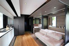 Po kompletní rekonstrukci vypadá byt na první pohled jako běžná moderně zařízená garsonka, kde se spí, odpočívá i jí na rozkládací pohovce. Architekti ale do každého kusu nábytku vložili několik funkcí. Malý byt má díky skvělým nápadům všechno, co si lze přát.