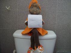 Decore seu banheiro com essa linda e charmosa boneca segura papel higiênico!