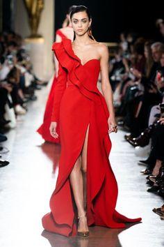 Elie Saab Spring 2019 Couture Fashion Show - Vogue Elie Saab Couture, Haute Couture Paris, Couture Mode, Spring Couture, Haute Couture Fashion, Vestidos Fashion, Fashion Dresses, Runway Fashion, Fashion Show