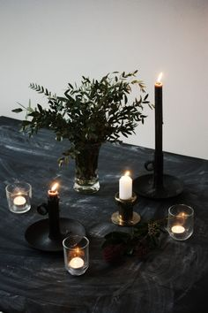 Love the finish on this table. Slip into the Christmas mood with this simple dinner table setting. Dark Christmas, Christmas Mood, Magical Christmas, Diy Halloween Decorations, Christmas Decorations, Table Decorations, Black Tablecloth, Deco Originale, Light In