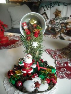 Vintage Christmas Tree Decorations That Are A Brilliant blend of Traditions & Nostalgia - Hike n Dip Christmas Wreaths With Lights, Christmas Candle Decorations, Vintage Christmas Ornaments, Christmas Projects, Christmas Crafts, Cup And Saucer Crafts, Floating Tea Cup, Teacup Crafts, Creation Deco